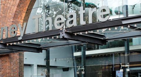더 엔트런스(The Entrance) Walsh Bay의 Roslyn Packer Theatre까지