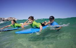 본다이에서 레츠고 서핑(Let's Go Surfing)의 서핑 강습을 받는 어린이들