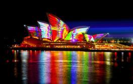 비비드 시드니(Vivid Sydney) 2018 기간 동안 시드니 오페라 하우스를 비추는 기하학적인 조명. 예술가: 조너선 자와다(Jonathan Zawada)