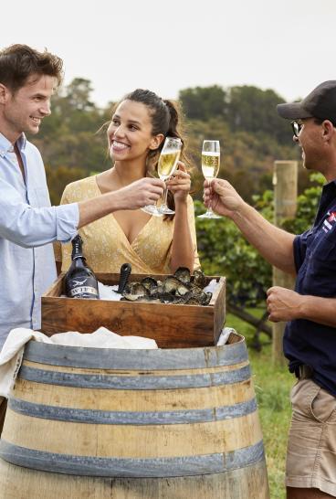 Swift Sparkling Wine과 Printhie Wines의 경치가 좋은 굴을 즐기는 커플 포도원 몰롱 근처 오렌지